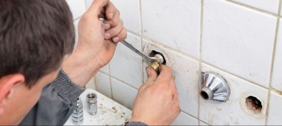 Выравнивание смесителя в ванной при установке